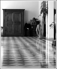 Padre spirituale (NICO4A) Tags: chiesa biancoenero scacchi dialogo religione anziano conforto confessione sacroeprofano ecumenismo spiritualita sannicoladatolentino giovaneevecchio padrespirituale