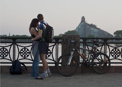 20110530_0014 (Tornny) Tags: bridge people love canon landscape puente muelle spring cityscape paisaje latvia hugs paisajeurbano abrazos   letonia    lagente elamor   canon450d    hermosavistaderiga beautifulviewofriga