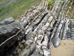 La tierra se inclina (Fernando Cuenca Romero) Tags: paisajes naturaleza asturias fernando rocas cuenca tierra geología plieges condelmed rocosos
