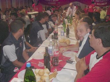 Jugadores del plantel de 3ra. división de Independiente en la cena de bienvenida