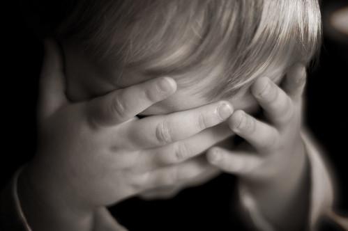 フリー写真素材, 人物, 子供, 少年・男の子, 顔を隠す, 落ち込む・落胆, モノクロ写真,