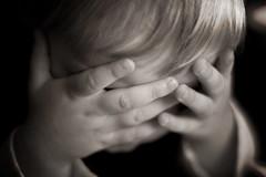 [フリー画像] 人物, 子供, 少年・男の子, 顔を隠す, 落ち込む・落胆, モノクロ写真, 200807152000