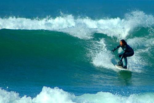 Mirar siempre a la ola.. y siempre aprendiendo. lecciones de surf baños amistad aloha  Marketing Digital Surfing Agencia