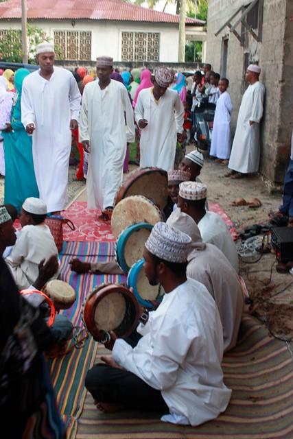 anni makes stool, wedding in Bububu 093.jpgedit