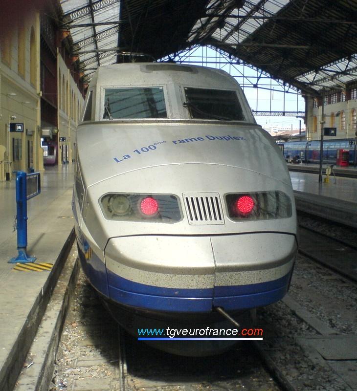 Logo célébrant la 100e rame TGV Duplex de la SNCF sur la motrice de la rame 611