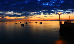 Alcochete - Cair da noite (RuiA.) Tags: sunset pordosol sea portugal water rio night canon landscape boat mar nightshot barcos paisagem ponte noite tejo alcochete pds riotejo 400d canon400d fiveflickrfavs ilustrarportugal
