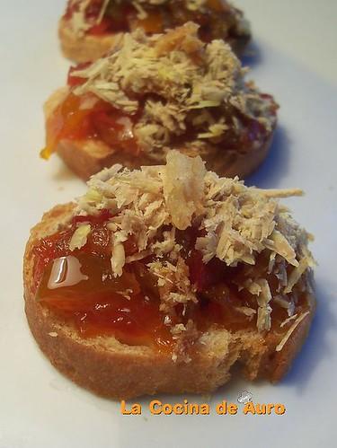 Tostas de pimientos confitados y virutas de  foie-micuit
