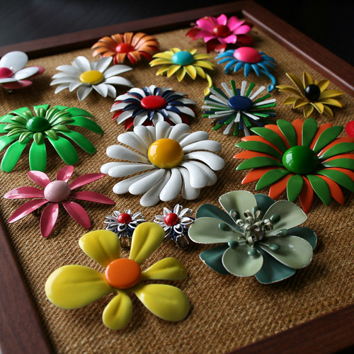 Using a bulletin board to display the brooches, via Flickr: design_ski.