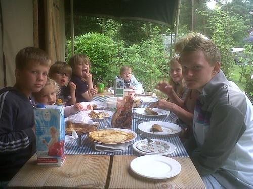 Alle kids aan tafel