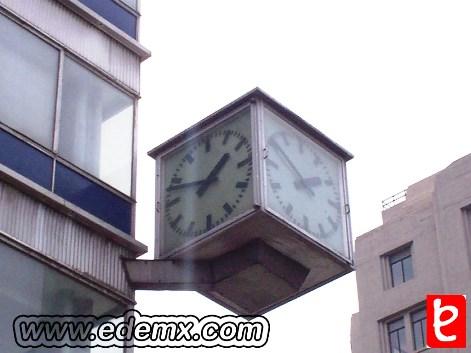 Reloj anal�gico en la Torre. Vista desde la calle Fco. I. Madero. ID77, Iv�n TMy�, 2008