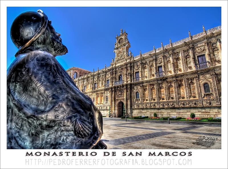 Monumento al Peregrino del Camino de Santiago frente al Monasterio San Marcos - León