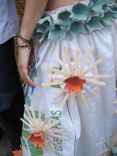 Usa traje de material reciclado Semana cultural y muestra art stica