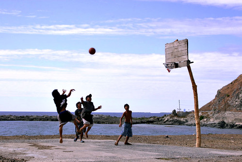 Cebu boys playing basketball shoot hoops game rural scene Pinoy Filipino Pilipino Buhay  people pictures photos life Philippinen  菲律宾  菲律賓  필리핀(공화국) Philippines