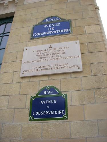 Detalle de la placa en homenaje al arquitecto