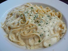 Fettuccini Alfredo (JasonAaronAZ) Tags: food white macro cheese dinner lunch restaurant italian sauce good tasty bowl pasta foodporn butter presentation fettuccinialfredo eats parmesan filling creamy buttery aldente internationalfood