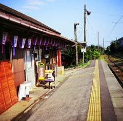 choshi nobody* station (* tathei *) Tags: 120 6x6 film japan zeiss nobody snap hasselblad chiba fujifilm f28 cf fortia choshi   iso50 503cx 80mmt
