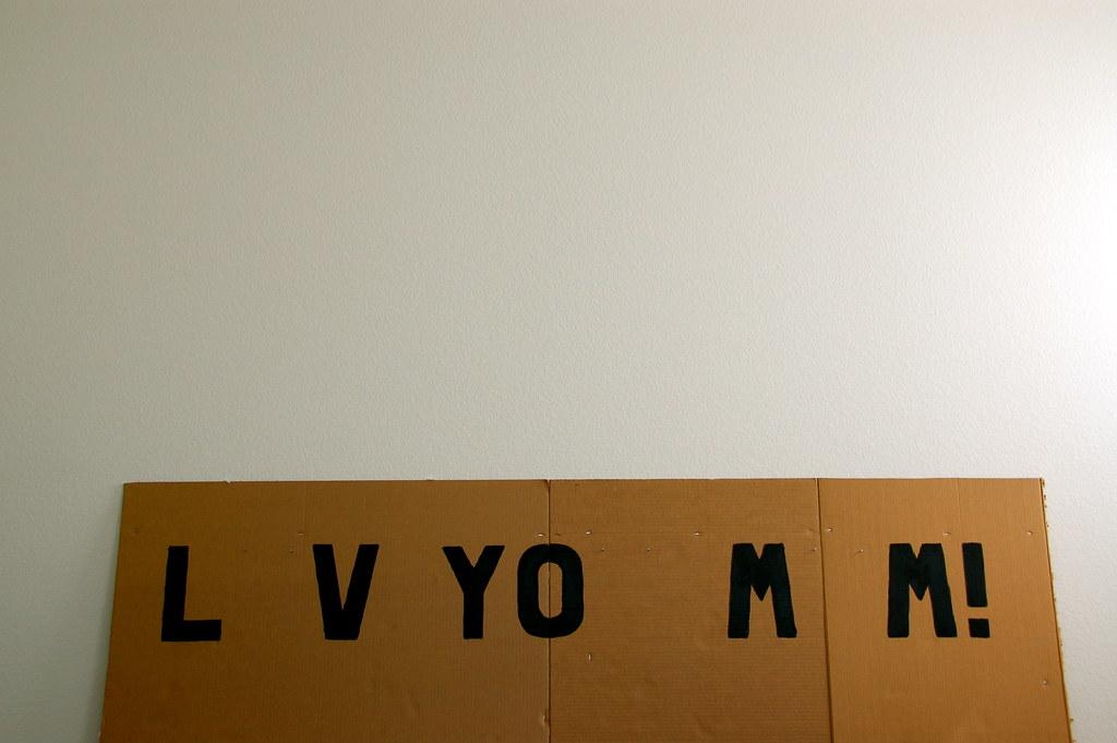 L V YO M M!