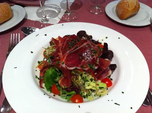 Barcelona | Hotel H10 Catalunya Plaza | Ensalada variada con espinacas frescas, jamón ibérico y vinagreta de cítricos