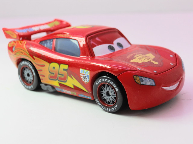 disney cars 2 lightning mcqueen with racing wheels loose (1)
