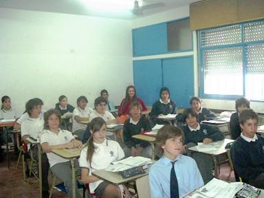 Jimena Soledad Ricompensa -Reina Nacional del Maní- en una clase junto a los alumnos del I.P.A.P. secunadario