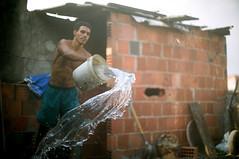 Lajes (AF Rodrigues) Tags: gua brasil riodejaneiro rj homem favela obra adriano trabalho jovem trabalhar servio trabalhando molhado comunidade trabalhador balde laje construindo contruo molhar construir molhando afrodrigues adrianorodrigues adrianoferreira espaopopular umidecer umidecendo