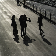 promenade silhouettes (TienAnton) Tags: november girls light shadow sunlight backlight promenade sihouette rhein rheinufer mittagspause dmai