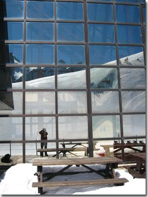 La parete in vetro del rifugio