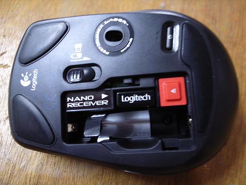 敗家:Logitech VX Nano無線雷射滑鼠(背面)+全球最小型USB接收器