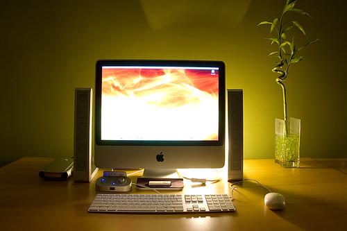 Home Office com iMac e iluminação bacana