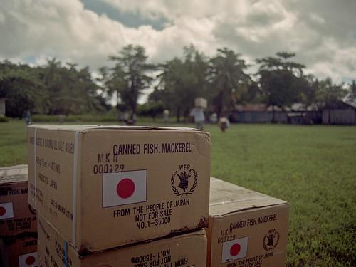 Aide humanitaire pour les réfugiés est-timorais de la régence de Belu, en 2000 (www.flickr.com/dlumenta).