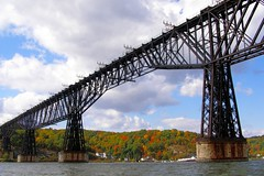Poughkeepsie Highland Railroad Bridge over the Hudson River (jag9889) Tags: park railroad bridge ny newyork puente foot crossing state bridges railway pedestrian historic ponte poughkeepsie highland walkway kayaking pont hudsonriver brcke 2009 nys 1889 dutchesscounty cantilever ulstercounty newyorkstatepark y2007 historicstatepark walkwayoverthehudson jag9889