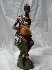 Africana sentada. (Digo Pessoa) Tags: bonecas arte afro artesanato imagens decoração gesso pinturas africanas decorativo