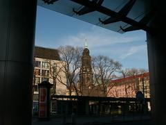 Blick von der Haltestelle zur Kreuzkirche