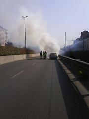 Auto brucia, i pompieri intervengono