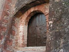 Puerta lateral de la iglesia de Sant Pere del Castell de Gelida (esta_ahi) Tags: barcelona door espaa architecture spain arquitectura puerta porta castillo castell peneds gelida  ipa2680