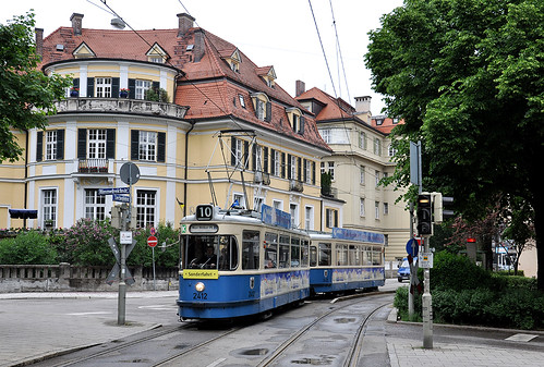 Die Sonderfahrt erreicht mit Wagen 2412 und Beiwagen die Paradiesstraße.