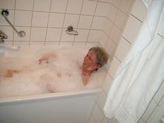 Marianne nimmt ein Bad 1 (vomo_de) Tags: shirtless sexy public bath no bra bad nackt centerparcs foam topless bubble het marianne badewanne oben sauna schaum ohne wanne centerparks braless heijderbos