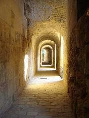 un poquitn de luz en esa oscuridad (ellamiranda) Tags: espaa sevilla pasillo anfiteatro italica santiponce