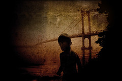 castles in the sand (mensaka) Tags: street nyc bridge light boy people newyork art luz home girl vintage dark walking puente lost outdoors calle chica exterior gente young hopefully chico wandering espera esperanza dreamcatcher 2b hombres mensaje oscuro raza verrazano rumo caminhar deambular mensaka dsch9 deambulaes errantes peoplewandering photonawards errncia andarsemrumo pessoasemtrnsito andarperdido niosydetalles