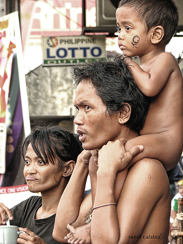 father carries son on his shoulder watching Sinulog parade cebu Pinoy Filipino Pilipino Buhay  people pictures photos life Philippinen tradition culture traditional 菲律宾  菲律賓  필리핀(공화국) Philippines festivities
