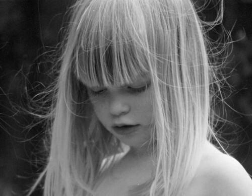 フリー写真素材, 人物, 子供, 少女・女の子, モノクロ写真, 目を閉じる,