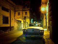 Noite em Havana Velha [Night in Old Havana] (Jim Skea) Tags: car buick nightshot havana cuba nikond50 noturna carro habana habanavieja jimsk 1958buick duetos callelamparilla