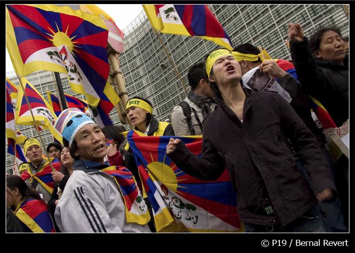 Tibetanos manifestándose frente a las instituciones europeas. © Bernal Revert, 2008