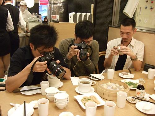 [鼎泰豐]一有菜上桌就猛拍的三人