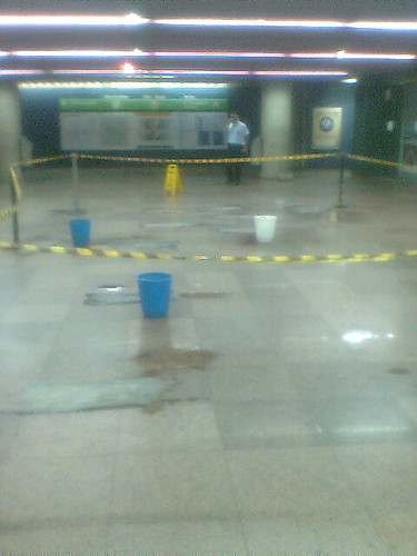Metrô com goteiras