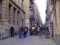 un grupo de gente esperando a la entrada