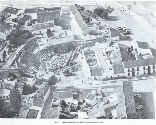 Itálica teatro vista aérea en 1972_de luzón 1982 lám.2