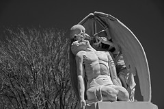 El beso de la muerte (SlapBcn) Tags: barcelona bw graveyards headstone lapida tomb bn slap blancinegre macabro kissofdeath 18200vr nikond80 elbesodelamuerte cementiripoblenou slapbcn