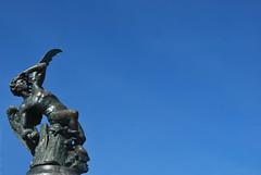 Fuente del Ángel Caído, Parque del Retiro, Madrid, España (Leandro Fridman) Tags: fuente estatua arte cielo ángel azul madrid españa europa spain europe retiro nikon d60 nikond60