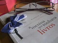 """""""Os livros são o alimento da juventude."""" - Cícero (Brendha C.) Tags: glasses book femme livro óculos laço feminino ameninaqueroubavalivros"""